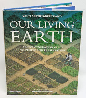 Our living earth: a next generation guide to people and preservation. Isabelle Delannoy, Yann Arthus-Bertrand.